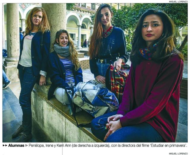 Alumnas Penélope, Irene y Kerri Ann (de derecha a izquierda), con la directora del filme 'Estudiar en primavera'. MIGUEL LORENZO